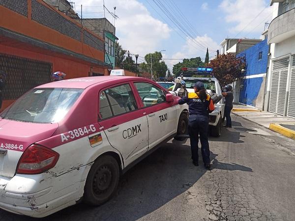 Continúan los operativos en Iztacalco para retirar de la vía pública vehículos en estado de abandono