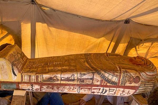 Hallan 14 sarcófagos de unos 2 mil 500 años de antigüedad