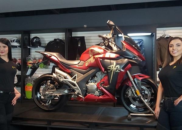 Presenta Zontes México su primera moto customisada para celebrar su primer año en México